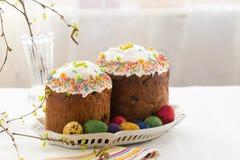 Ρωσικά κέικ Kulich Πάσχας με τα βαμμένα αυγά ορτυκιών Στοκ φωτογραφία με δικαίωμα ελεύθερης χρήσης
