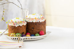 Ρωσικά κέικ Kulich Πάσχας με τα βαμμένα αυγά ορτυκιών Στοκ Φωτογραφίες