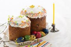 Ρωσικά κέικ Kulich Πάσχας με τα βαμμένα αυγά ορτυκιών Στοκ Εικόνες