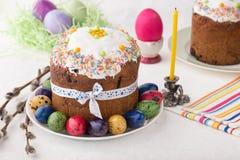 Ρωσικά κέικ Kulich Πάσχας με τα βαμμένα αυγά ορτυκιών Στοκ φωτογραφίες με δικαίωμα ελεύθερης χρήσης