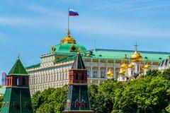 Ρωσικά κύματα σημαιών πέρα από το Κρεμλίνο Στοκ φωτογραφία με δικαίωμα ελεύθερης χρήσης