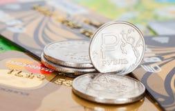 Ρωσικά νομίσματα ρουβλιών πέρα από τις διαφορετικές πιστωτικές κάρτες Στοκ εικόνες με δικαίωμα ελεύθερης χρήσης