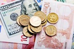 Ρωσικά νομίσματα στα δολάρια και τα ευρώ Στοκ φωτογραφία με δικαίωμα ελεύθερης χρήσης