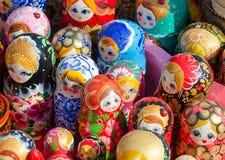 Ρωσικά παραδοσιακά αναμνηστικά κουκλών στην έκθεση Στοκ εικόνες με δικαίωμα ελεύθερης χρήσης