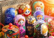 Ρωσικά παραδοσιακά αναμνηστικά κουκλών στην έκθεση Στοκ φωτογραφία με δικαίωμα ελεύθερης χρήσης
