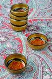 Ρωσικά παραδοσιακά πιάτα Khokhloma σε ένα κόκκινο χαρτομάνδηλο Στοκ φωτογραφία με δικαίωμα ελεύθερης χρήσης