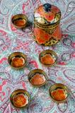 Ρωσικά παραδοσιακά πιάτα Khokhloma σε ένα κόκκινο χαρτομάνδηλο Στοκ εικόνα με δικαίωμα ελεύθερης χρήσης