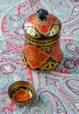 Ρωσικά παραδοσιακά πιάτα Khokhloma σε ένα κόκκινο χαρτομάνδηλο Στοκ Εικόνες