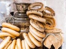 Ρωσικά σαμοβάρι και bagels στοκ εικόνα με δικαίωμα ελεύθερης χρήσης