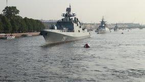 Ρωσικά σκάφη στον ποταμό Neva στον εορτασμό της ημέρας ναυτικού φιλμ μικρού μήκους