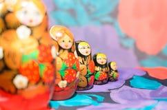 Ρωσικά matryoshkas σε ένα ελαφρύ υπόβαθρο και ένα χρωματισμένο υπόβαθρο Στοκ φωτογραφίες με δικαίωμα ελεύθερης χρήσης