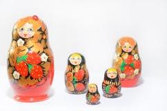 Ρωσικά matryoshkas σε ένα ελαφρύ υπόβαθρο και ένα χρωματισμένο υπόβαθρο Στοκ εικόνα με δικαίωμα ελεύθερης χρήσης