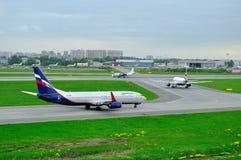 Ρωσικές αερογραμμές Αεροφλότ, British Airways, δοκιμές πτήσης και αεροπλάνα αερογραμμών συστημάτων στο διεθνή αερολιμένα Pulkovo Στοκ Εικόνες