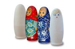 Ρωσικές να τοποθετηθεί κούκλες Χρωματισμένος και άβαφος r στοκ εικόνες