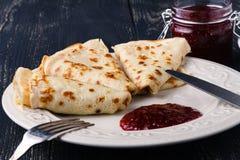 Ρωσικές τηγανίτες blini και μαρμελάδα μούρων Το Maslenitsa είναι το ανατολικό S Στοκ Φωτογραφίες