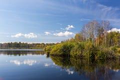 Ρωσική άγρια φύση στην ηλιόλουστη ημέρα φθινοπώρου Στοκ Φωτογραφία