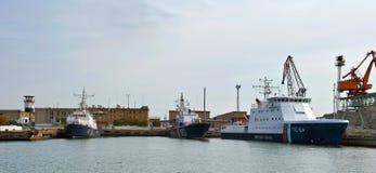 Ρωσική ακτοφυλακή σκαφών που στέκεται στην αποβάθρα Κόλπος Nakhodka Ανατολική (Ιαπωνία) θάλασσα 20 10 2012 στοκ εικόνα με δικαίωμα ελεύθερης χρήσης