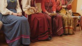 Ρωσική λαϊκή μουσική ομάδα - κορίτσια στα παραδοσιακά μουσικά όργανα παιχνιδιών κοστουμιών Στοκ Φωτογραφίες