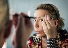 Ρωσική βασίλισσα έλξης που βάζει στο makeup Στοκ Εικόνες