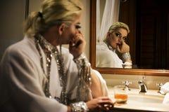 Ρωσική βασίλισσα έλξης που κοιτάζει στον καθρέφτη Στοκ Εικόνες