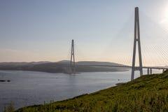 Ρωσική γέφυρα - καλώδιο-μένοντη γέφυρα στο Βλαδιβοστόκ πέρα από το στενό Bosphorus ανατολικό στοκ εικόνες