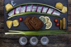 Ρωσική γιορτή με τις ρέγγες, τα κρεμμύδια, τις πατάτες και τη βότκα Στοκ εικόνες με δικαίωμα ελεύθερης χρήσης