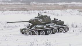 Ρωσική δεξαμενή T34 το χειμώνα φιλμ μικρού μήκους