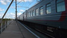 Ρωσική επιβατική αμαξοστοιχία σιδηροδρόμων που περνά από φιλμ μικρού μήκους