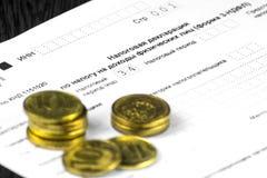 Ρωσική ετήσια φορολογική Διακήρυξη των φόρων των ατόμων Το έντυπο 3-NDFL Μερικά ρωσικά νομίσματα είναι στο φύλλο της Διακήρυξης στοκ φωτογραφία με δικαίωμα ελεύθερης χρήσης
