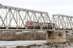 Ρωσική ηλεκτρική ατμομηχανή τραίνων που περνά πέρα από τη γέφυρα Ρωσία στοκ φωτογραφία