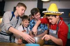 Ρωσική ομάδα σχολικών αγοριών στο γεγονός κομμάτων μαγειρέματος