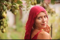 Ρωσική ομορφιά ξανθή με τα μπλε μάτια που λειτουργούν στο αγρόκτημα Η έννοια της ρωσικής ομορφιάς Στοκ Εικόνες