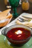 Ρωσική ουκρανική σούπα borscht με τα πράσινα και την ξινή κρέμα Σούπα παντζαριών στο κύπελλο στον άσπρο ξύλινο πίνακα r στοκ φωτογραφίες