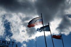 Ρωσική σημαία στον αέρα ενάντια στα damatic σύννεφα Στοκ Φωτογραφία