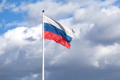 Ρωσική σημαία στο κοντάρι σημαίας που κυματίζει στο νεφελώδη ουρανό Στοκ φωτογραφία με δικαίωμα ελεύθερης χρήσης