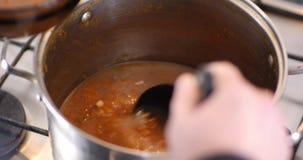 Ρωσική σούπα Solyanka που μεταφέρεται σε ένα κύπελλο σούπας φιλμ μικρού μήκους