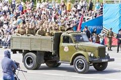 Ρωσική στρατιωτική μεταφορά με τις ύλες συγκολλήσεως στην παρέλαση σε ετήσιο Στοκ Εικόνες