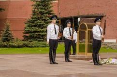 Ρωσική φρουρά τιμής στρατιωτών στον τοίχο του Κρεμλίνου. Τάφος του άγνωστου στρατιώτη στον κήπο του Αλεξάνδρου στη Μόσχα. Στοκ Εικόνα