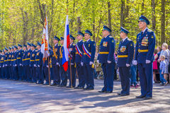 Ρωσικοί ανώτεροι υπάλληλοι πιλότων σε μια στρατιωτική παρέλαση με σοβαρή μορφή Στοκ φωτογραφία με δικαίωμα ελεύθερης χρήσης