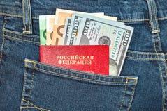 Ρωσικοί λογαριασμοί διαβατηρίων, ευρώ και δολαρίων στην πίσω τσέπη τζιν Στοκ Φωτογραφίες