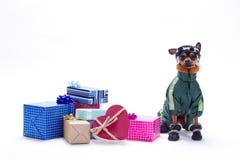Ρωσικοί παιχνίδι-τεριέ και σωρός των κιβωτίων δώρων Στοκ φωτογραφία με δικαίωμα ελεύθερης χρήσης