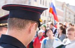 Ρωσικός αστυνομικός ενάντια στο πλήθος κατά τη διάρκεια δημόσιων σχέσεων αντίθεσης Στοκ Φωτογραφίες
