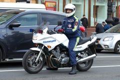 Ρωσικός αστυνομικός σε μια κινηματογράφηση σε πρώτο πλάνο μοτοσικλετών Στοκ εικόνες με δικαίωμα ελεύθερης χρήσης