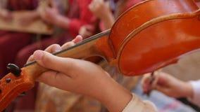 Ρωσικός λαϊκός μουσικός ομάδας - βιολί παιχνιδιού γυναικών φιλμ μικρού μήκους