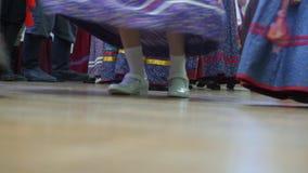 Ρωσικός λαϊκός χορός - κορίτσια που χορεύουν στα εθνικά κοστούμια φιλμ μικρού μήκους
