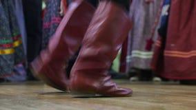 Ρωσικός λαϊκός χορός - πόδι στις μπότες του χορού αγοριών απόθεμα βίντεο