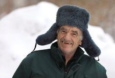 Ρωσικός ηληκιωμένος στα χαμόγελα χειμερινών καπέλων στοκ εικόνες
