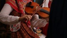Ρωσικός λαϊκός μουσικός ομάδας - βιολί παιχνιδιού γυναικών, σε αργή κίνηση φιλμ μικρού μήκους