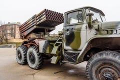 Ρωσικός πολλαπλάσιος εκτοξευτής ρουκετών που τοποθετείται σε ένα σοβιετικό στρατιωτικό φορτηγό στοκ φωτογραφία με δικαίωμα ελεύθερης χρήσης