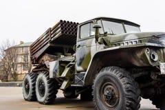 Ρωσικός πολλαπλάσιος εκτοξευτής ρουκετών που τοποθετείται σε ένα σοβιετικό στρατιωτικό φορτηγό στοκ εικόνα